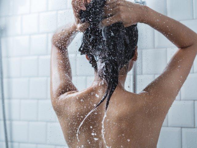 Tag brusebad uden kalk i vandet med et blødgøringsanlæg
